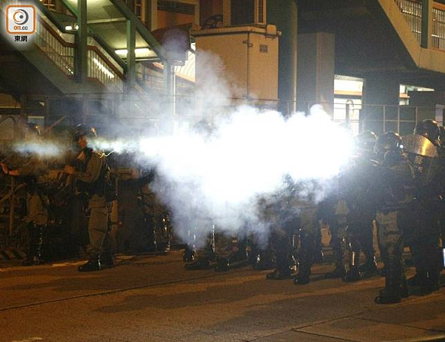 防暴警在大馬路清場,施放催淚彈。(何天成攝)
