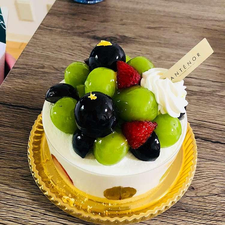 新宿区周辺で多くのユーザーに人気が高いクリームケーキアンテノール 新宿京王店のシャインマスカットと巨峰の デコレーションケーキの写真
