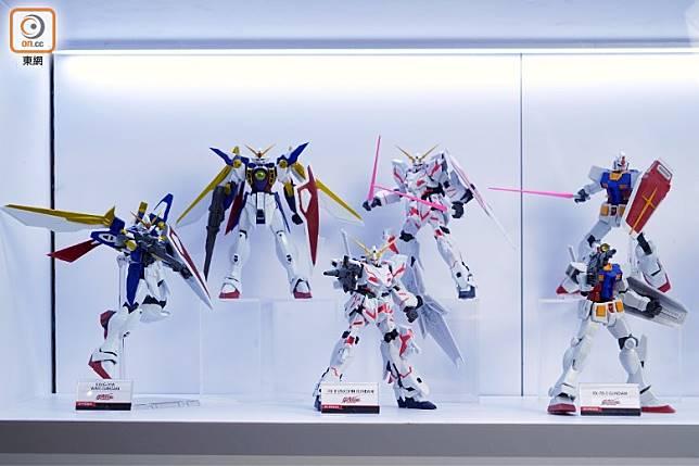 Gundam Universe系列的首彈三款,分別是(右至左)原祖高達、獨角獸高達及Wing高達。(方偉堅攝)