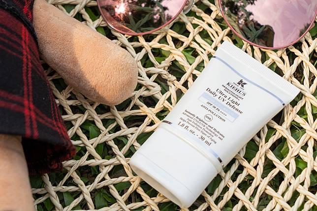 除了紫外線,街上的污染亦會傷害到皮膚,Kiehl's ultra light daily UV defense SPF 50 PA++++($325/30ml)特別加入了抗污染技術,希望作更全面的保護。