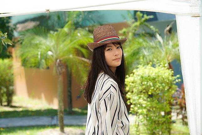 作為AV女優,楓可憐當然唔會扮斯文啦,喺鏡頭前不停搔首弄姿。(互聯網)
