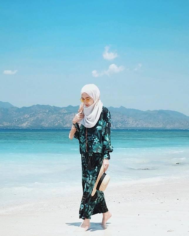 7 Inspirasi Fashion Hijab Buat Liburan Ke Pantai Ala Selebgram Indonesia