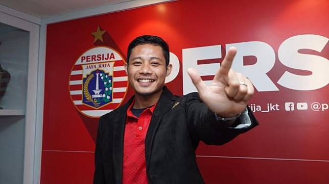 Evan Dimas Darmono meneken kontrak di kantor Persija, Sabtu (11/1/2020). [dok. Persija]