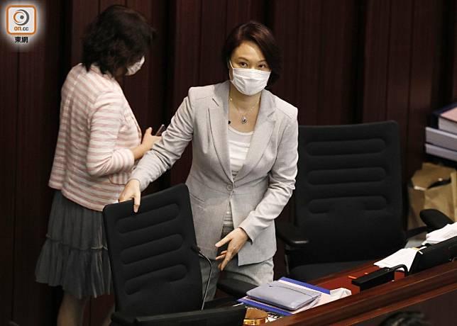 李慧琼於開會前已提早進入會議室並坐上主席位。(黃仲民攝)