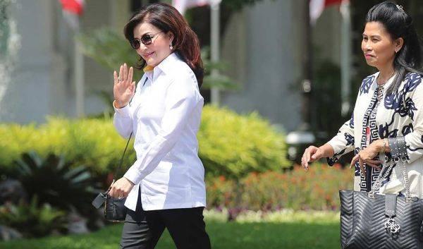 Bupati Minahasa Selatan Christiany Eugenia Paruntu melambaikan tangan saat berjalan memasuki Kompleks Istana Kepresidenan, Jakarta, kemarin.