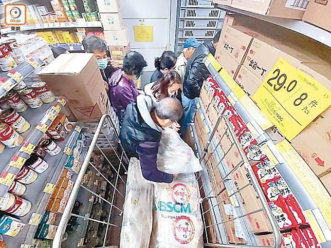 政府應對疫情乏力,日用品價格高企,市民搶米自保。