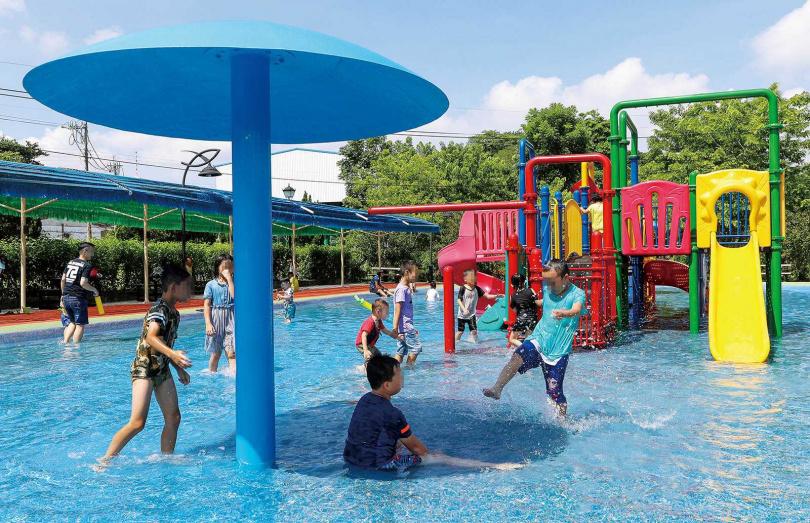 趁著暑假帶小孩戲水消暑,無比暢快。(圖/焦正德攝)
