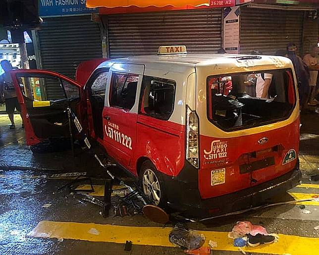 當日的士撞人群後司機被拖下車圍毆。資料圖片