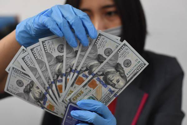 Dolar AS menguat pada akhir perdagangan Jumat (Sabtu pagi WIB) setelah data menunjukkan pasar tenaga kerja AS secara tak terduga membaik.
