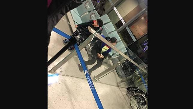 Dua anak diduga ditelantarkan orang tuanya di Bandara Nanjing akibat virus corona Wuhan.