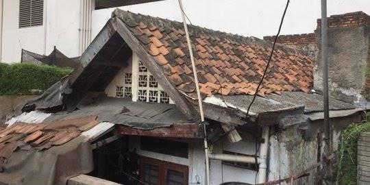 Rumah Usang di Halaman Belakang Thamrin Residence. ©2019 Merdeka.com/Muhammad Genantan Saputra
