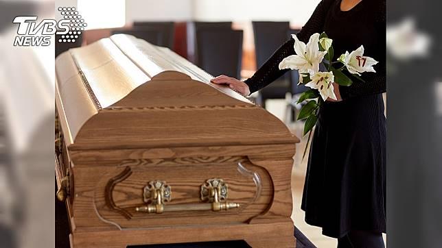 瑞典科學家研發一種名為「冰葬」的環保殯葬方式。示意圖/TVBS