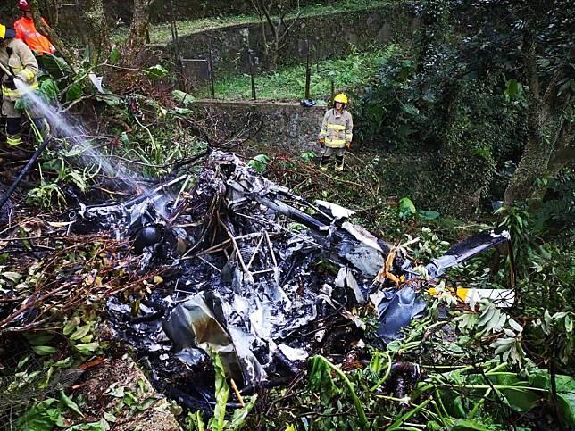 一架直升機昨日在大埔嘉道理農場內墜毀。(警方社交網站圖片)
