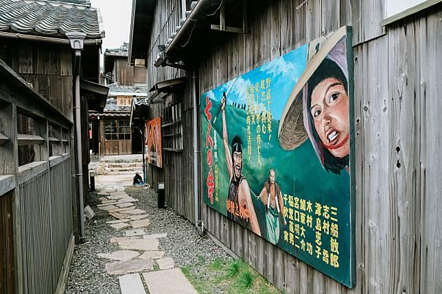 村屋外掛滿那個年代的電影宣傳照。