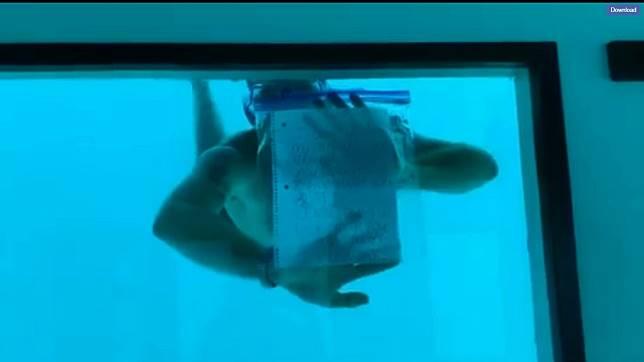 男子在水中向女友求婚。圖/翻攝安東妮臉書