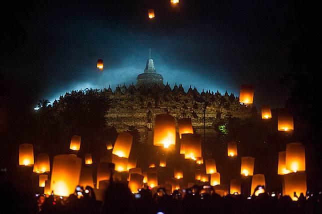 Sejumlah Biksu menerbangkan lampion perdamaian saat perayaan Waisak 2563 BE/2019 di Taman Lubini, Candi Borobudur, Magelang, Jawa Tengah.