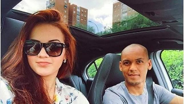 Gelandang Liverpool, Fabinho Tavares (kanan), bersama sang istri, Rebeca
