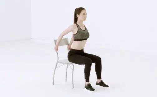 豐胸按摩動作1:坐姿胸部拉伸
