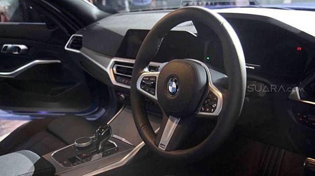 Tampilan BMW 330 i M Sport yang merupakan All New BMW Seri 3 saat dipamerkan di ICE BSD, Serpong, Banten, Kamis (18/7). [Suara.com/Arief Hermawan P]