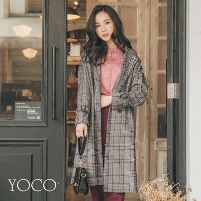 英倫風格的格紋翻領大衣,率性輕甜的風格,是秋冬經典必備款喔!
