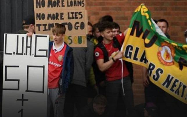 Fans Manchester United berdemo di Old Trafford./BBC