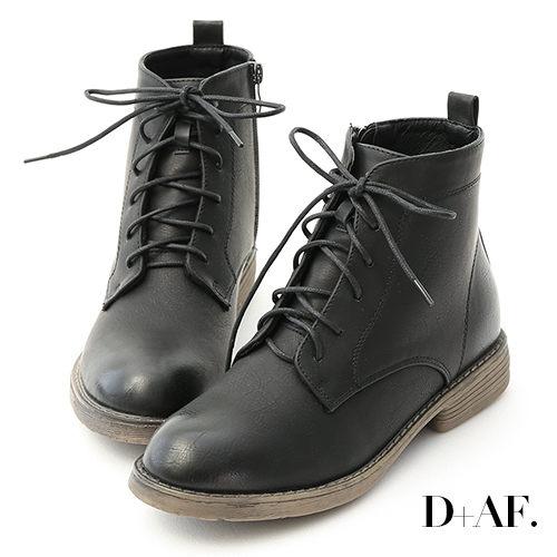 以中性風為主軸的軍風短靴 綁帶造型強化了街頭風個性元素 鞋頭特別用擦焦處理打造復古質感