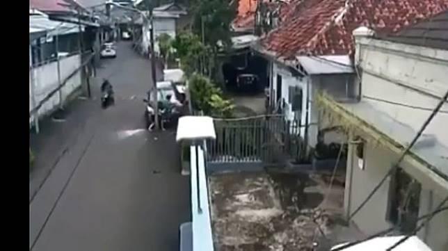 Bidik layar terkait video viral wanita hamil tertabrak mobil Toyota Rush hingga tewas terjepit di tiang listrik. (istimewa).