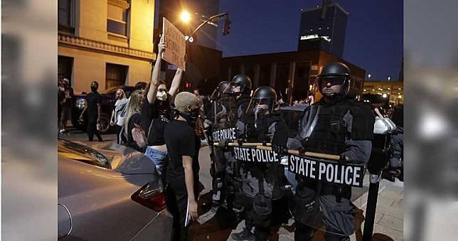 美國各地暴動不斷 2聯邦探員中彈1人死亡