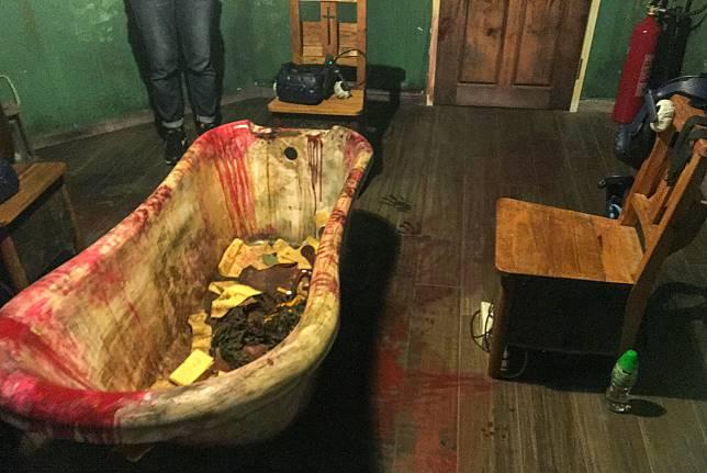 密室中間的染血浴缸營造出陰森恐怖的氣氛,比一般鬼屋的圓枱更加有feel。