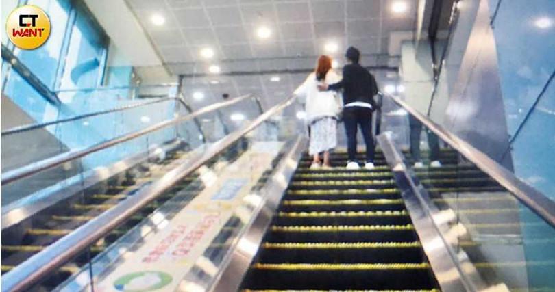 張齡予現身台北醫學院,搭手扶梯時,男友摟著她的背,十分甜蜜。(圖/本刊攝影組)