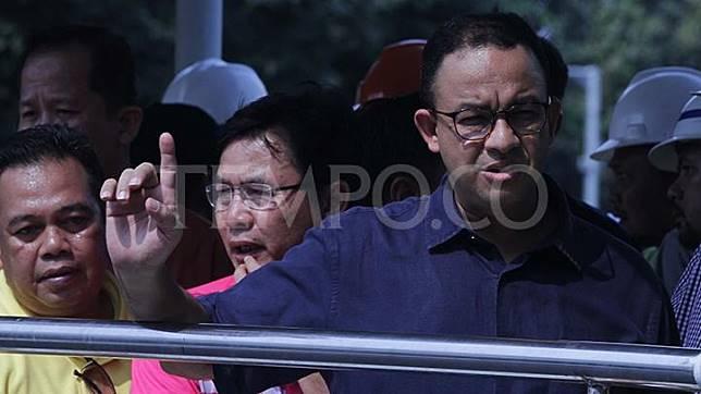 Gubernur DKI Jakarta Anies Baswedan (kanan) meninjau pengerjaan MRT dari atas jembatan penyeberangan orang di kawasan Bundaran Hotel Indonesia, Jakarta, Ahad, 22 Juli 2018.  TEMPO/Amston Probel.