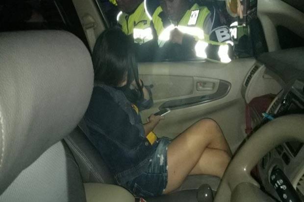 Diduga Mesum di Mobil, Wanita Seksi Ini Terjaring Razia