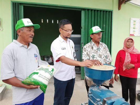 Operation Head Terminal BBM Rewulu, PT Pertamina (persero), Marketing Operation Region IV Rahmad Febriadi (kedua dari kiri) berbincang deng