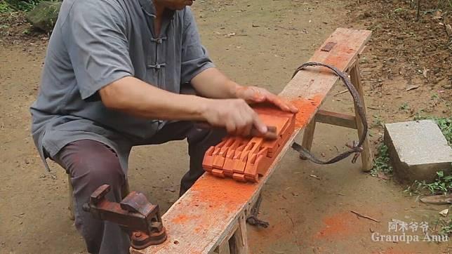 'คุณปู่ช่างไม้' ดังพลุแตกในโซเชียลเพราะ 'คลิปทำของเล่น' สุดสร้างสรรค์ให้หลานชาย