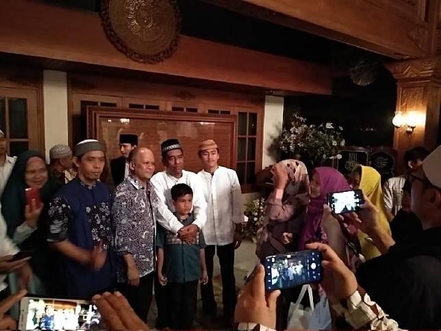 Warga mengantre untuk foto dan menyalami putra pertama BJ Habibie, Ilham Akbar Habibie, saat tahlilan hari ke-5 mendoakan wafatnya Presiden ke-3 RI itu di Jalan Patra Kuningan VIII, Jakarta Selatan, Senin malam, 16 September 2019. TEMPO/Lani Diana