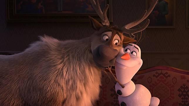 雪人小白比上集更詼諧幽默,連同馴鹿斯特一齊大放笑彈。(互聯網)