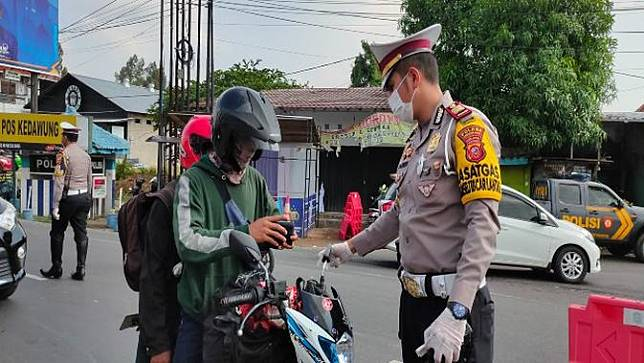 Cerita Petugas Putar Balik Pemudik Nekat di Jalur Pantura Cirebon