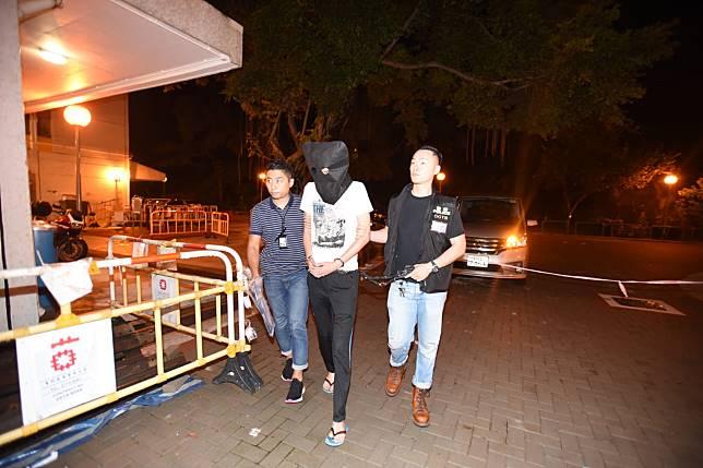 警方將疑犯押返住所搜查