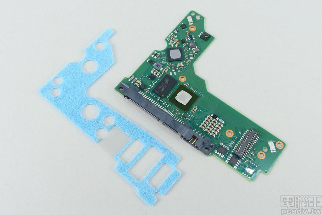 電路板一覽,主要控制晶片和馬達控制晶片均貼上導熱墊與金屬外殼相互接觸