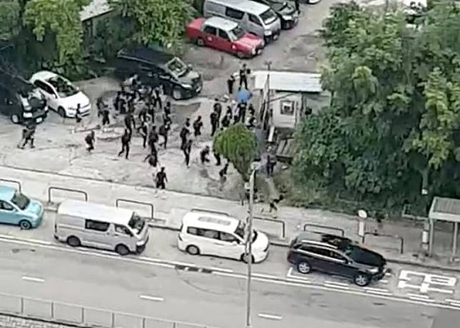 黑衣人疑見到警車駛至,立刻逃走。(互聯網)