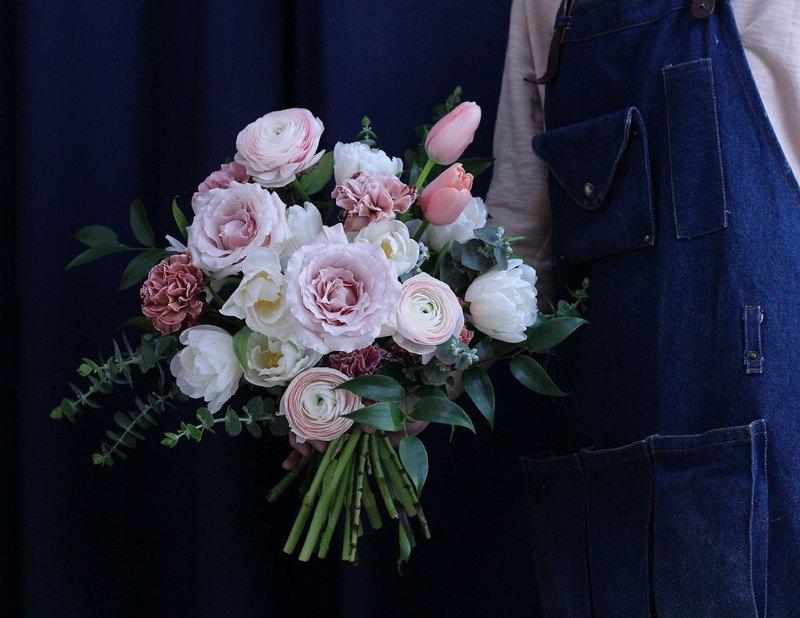 跟Make Your Choicesss Floral Lab 的花藝師學習 ,當一天花藝師。 從淺入深,忘識花材,學習插花投巧,製作桌花帶回家點綴家居。 學到的技巧絕對能讓你回家學以致用。