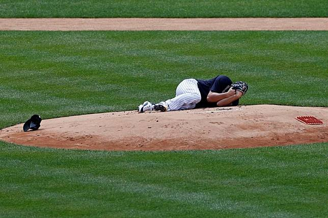 洋基日籍投手田中將大遭強襲球擊中,倒在投手丘上