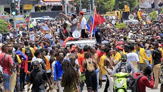 Papuan protesters demonstrate in Jayapura, Papua on Monday, 19 August 2019. On Monday morning, Papuan protesters set fire to a local parliament building and blocked streets in the provincial capital of West Papua, Manokwari, by burning tyres and tree branches, Deputy Governor Mohamad Lakotani said. ANTARA FOTO/Gusti Tanati