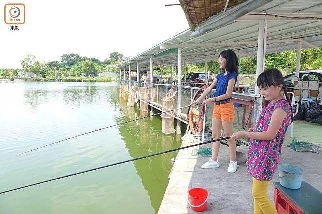 只要夾啱時間,可在樂逍遙釣魚場一邊釣魚、一邊欣賞日落。 (胡振文攝)