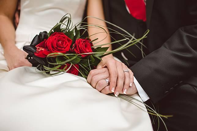 Tante Elvie Melajang 68 Tahun dan Akhirnya Menikah