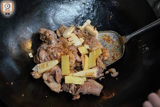 用鮮筍與冬菇一同燜煮至入味,香味與口感更上一層樓。(張群生攝)