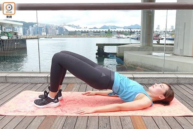 臀部用力將身體撐起至水平位置。(胡振文攝)