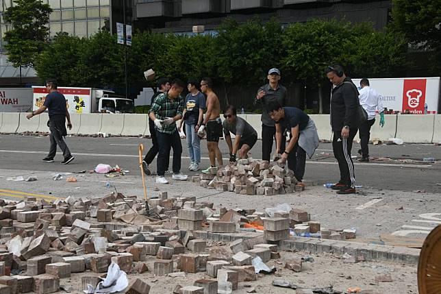 市民自發在場搬走磚頭。