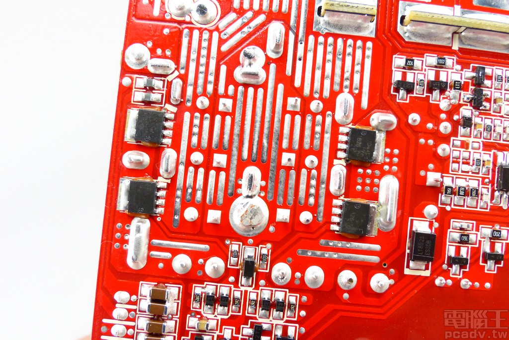 4 顆 PSMN1R4-40YLD 安排在電路板背面,負責 +12V 同步整流