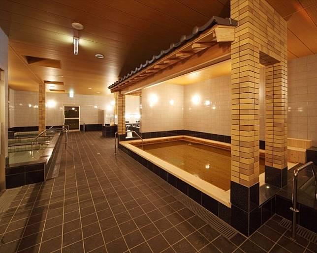 大浴場設有5款不同風呂,並設有桑拿讓你慢慢歎。(互聯網)